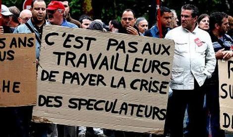 """Foto publicada primeiramente no portal de esquerda Agência Carta Maior. """"Não cabe ao trabalhador pagar pela crise dos especuladores"""": greve geral na França em 2010 contra as medidas de austeridade do FMI."""